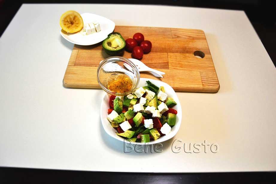 заправка салата с авокадо