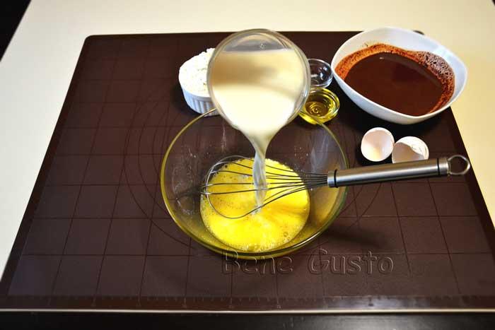 смешиваем молоко с яцами