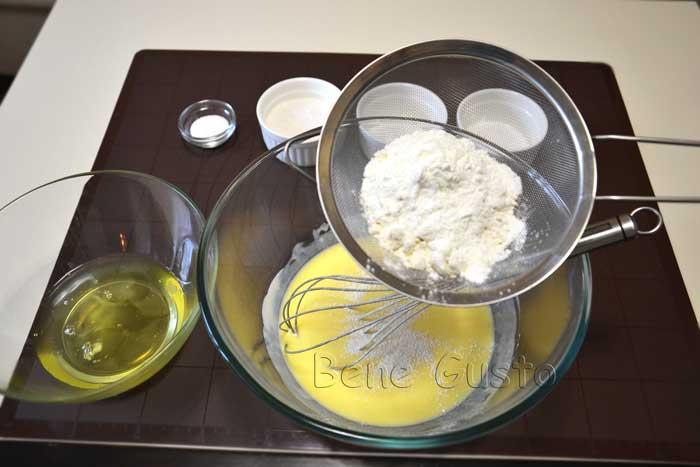 добавляем муку в сливочно-яичную смесь
