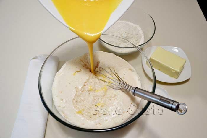 в опару добавляем перетертые с сахаром желтки
