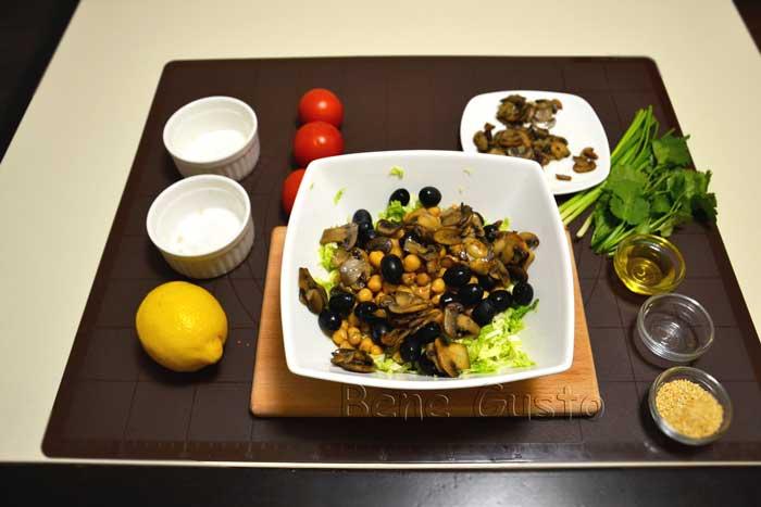 добавляем жареные шампиньоны и оливки