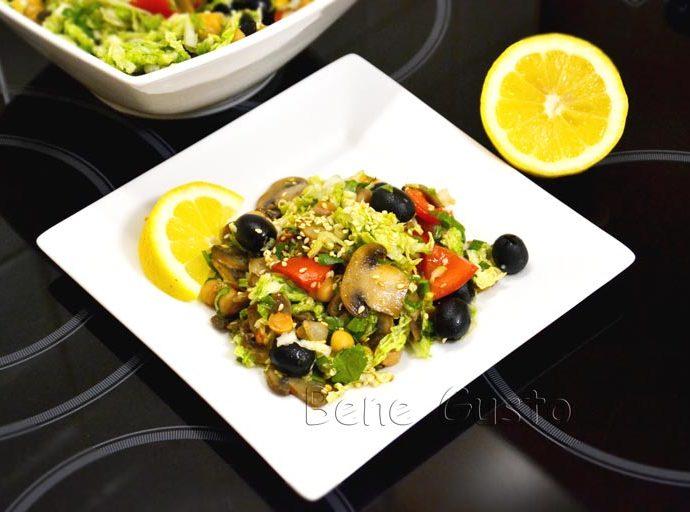 Витаминный салат с нутом и овощами