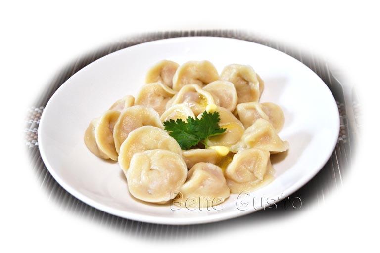 блюдо домашних пельмений