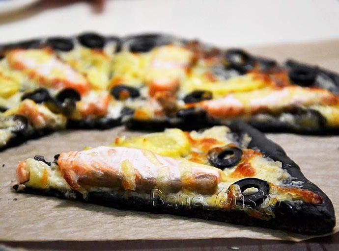 Черная пицца с семгой и сливочным соусом