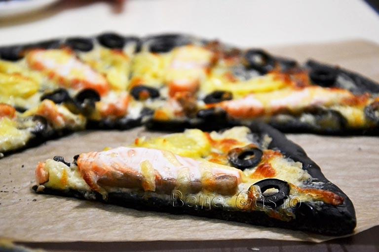 черная пицца с семгой