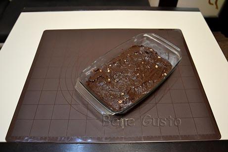 выкладываем шоколадное тесто в форму