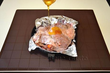 смазываем мясо свинины медом
