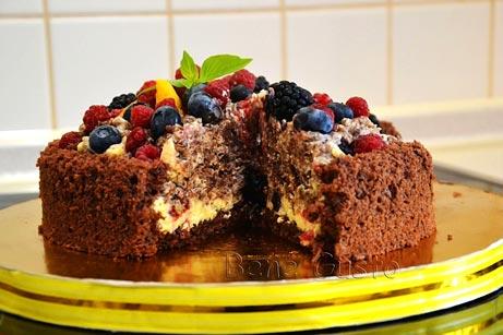 шоколадный торт с ягодами в разрезе