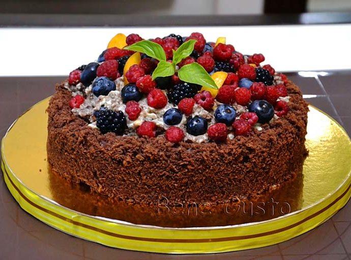 Бисквитный шоколадный торт-сюрприз с ягодами