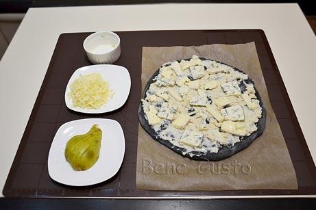 сверху выкладываем кусочки сыров дорблю и бри
