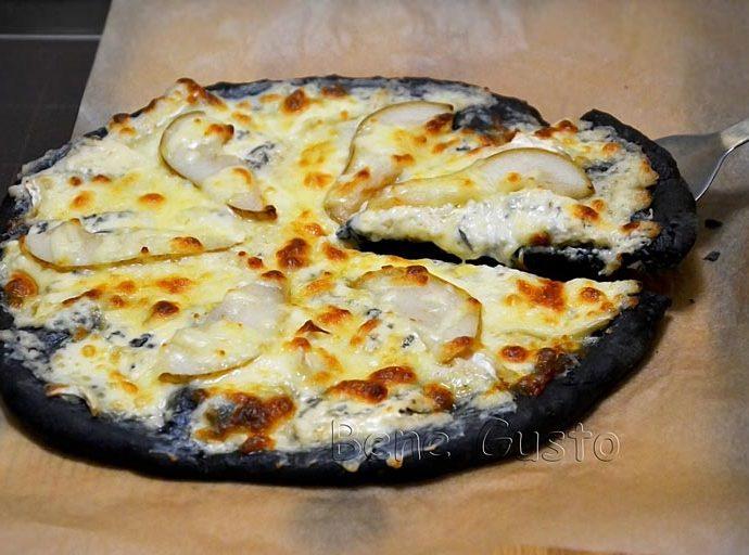 Десертная черная пицца с сыром и грушей