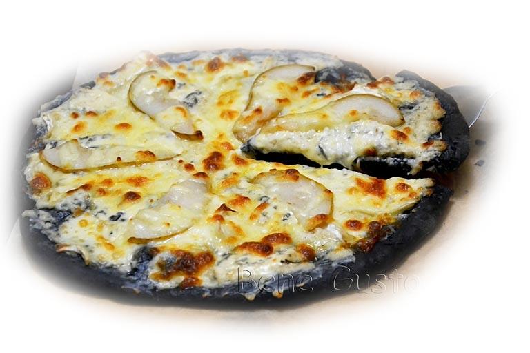 черная пицца с сыром и грушей