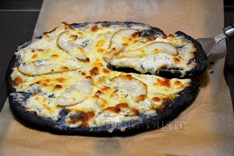 черная пицца с сыром дорблю