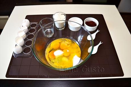 Яйца вбиваем в миску, добавляем сахар, ваниль и соль