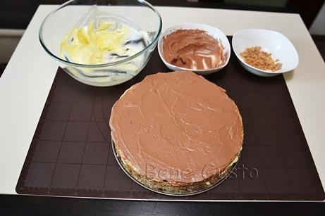 намазываем корж торта какао-кремом