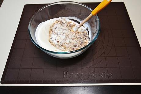 высыпаем орехово-сахарную смесь с мукой