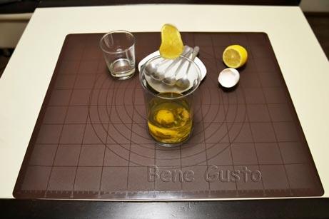 выдавливаем лимон в чашу блендера