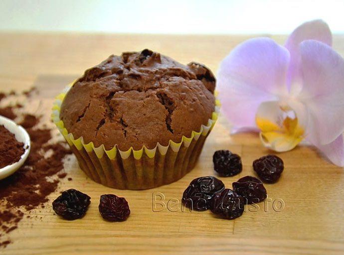 Нежные шоколадные маффины с вишней