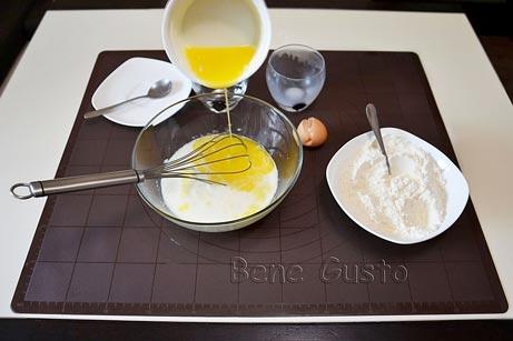 добавляем молоко и растопленное масло
