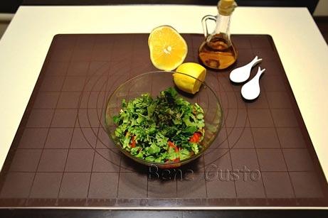 выдавливаем лимон в салат