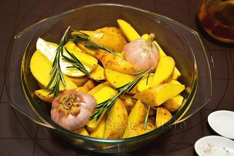 картофель дольками с чесноком и розмарином