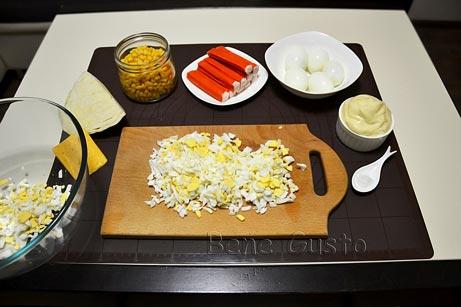 нарезаем яйцо на салат