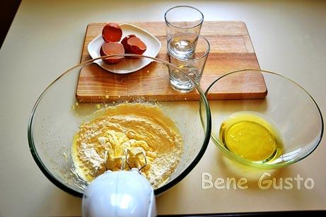 В желточно-сахарную смесь добавить муку и перемешать