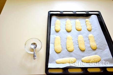 Отсадите тесто на противень при помощи кондитерского мешка