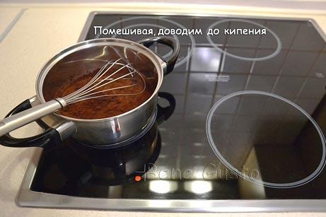В сотейник высыпаем какао-порошок, сахар и выливаем молоко