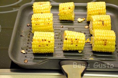 Обжарить на гриле кукурузу