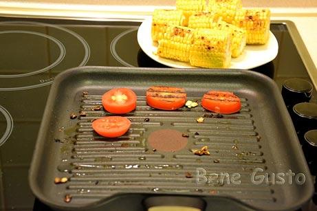 Обжарить на сковороде помидоры