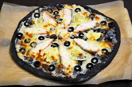 черная пицца с семгой, лимоном и оливками