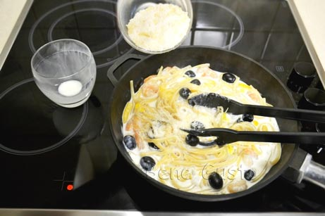 спагетти на сковороде с креветками