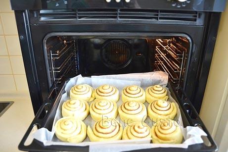 Будущие булочки с корицей перекладываем в форму и выпекаем в духовке