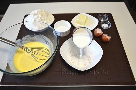 Свежие дрожжи заливаем теплым молоком, размешиваем и оставляем в тепле на 10 минут