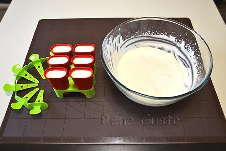 Перекладываем мороженое в порционные формочки