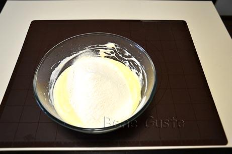 В белковую смесь выливаем желтки, перемешиваем и просеиваем муку в массу