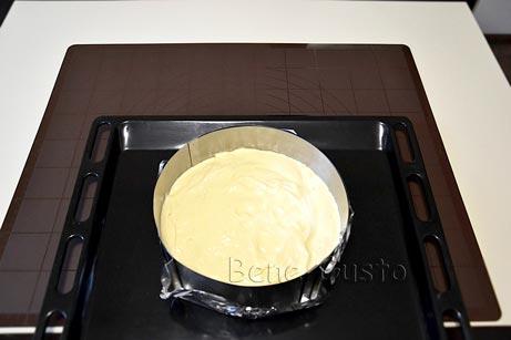 Выкладываем бисквитное тесто в форму и отправляем в духовку