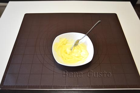 Вершкове масло, цукрову пудру, ванільний цукор та вершковий сир перемішуємо до однорідної маси