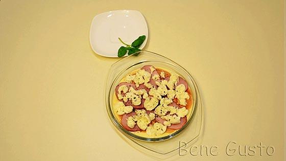 Выкладываем начинку на жидкое тесто и посыпаем сверху сыром.