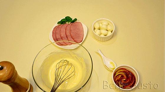В отдельной емкости готовим соус, смешивая кетчуп и горчицу.