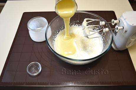 Додаємо ваніль та згущене молоко
