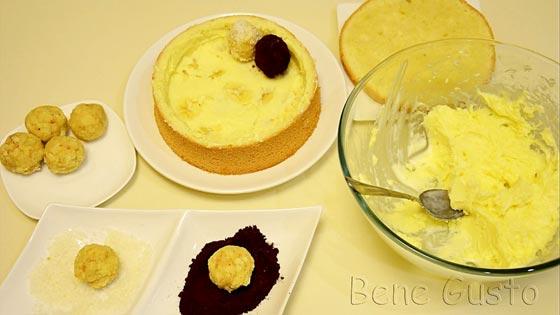 Дно и внутренние края бисквита смазать кремом, на дно выложить банан. Сверху смазать кремом