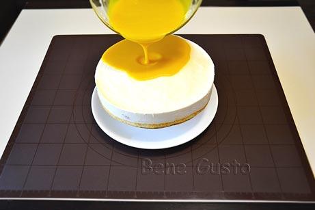 На конструкцию устанавливаем торт и поливаем его сверху жидкой глазурью
