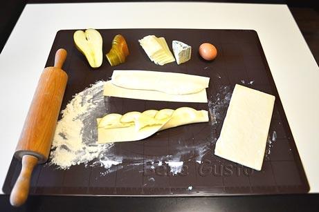 У центр отриманої смужки внапуск викладаємо скибочки груші та сир Моцарелла