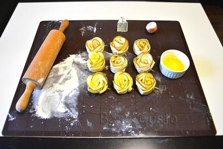 Зверху на слойку викладаємо сир Дор блю та змащуємо яйцем