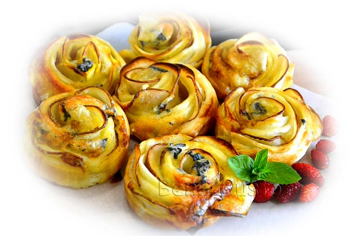 Трояндочки з грушею з дріжджового тіста
