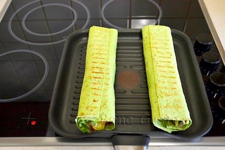 Викладаємо на суху розігріту сковороду наш донер кебаб з яловичиною.