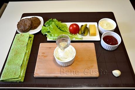 Тонкими півкільцями нарізаємо цибулю, заливаємо його яблучним оцтом і залишаємо маринуватися на 10-15 хвилин.