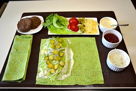 Вкладаємо на лаваш салат, цибуля, помідор, огірки та сир.
